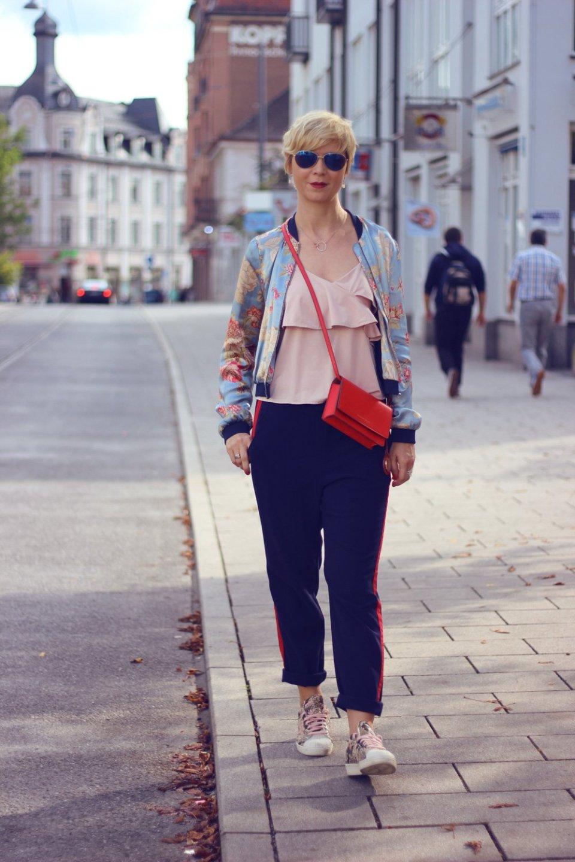 conny-doll-lifestyle: Chino mit Galonstreifen, top, spaetsommerkombi, sneaker, seidenjaeckchen