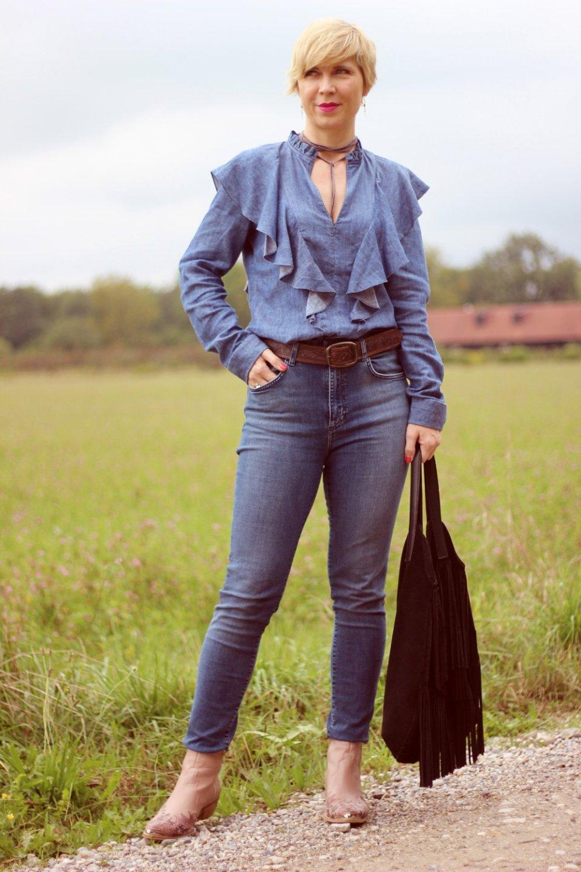 conny doll lifestyle: denim allover, jeans, westernstyle, cowboystiefel, rüschenbluse, gestuz,