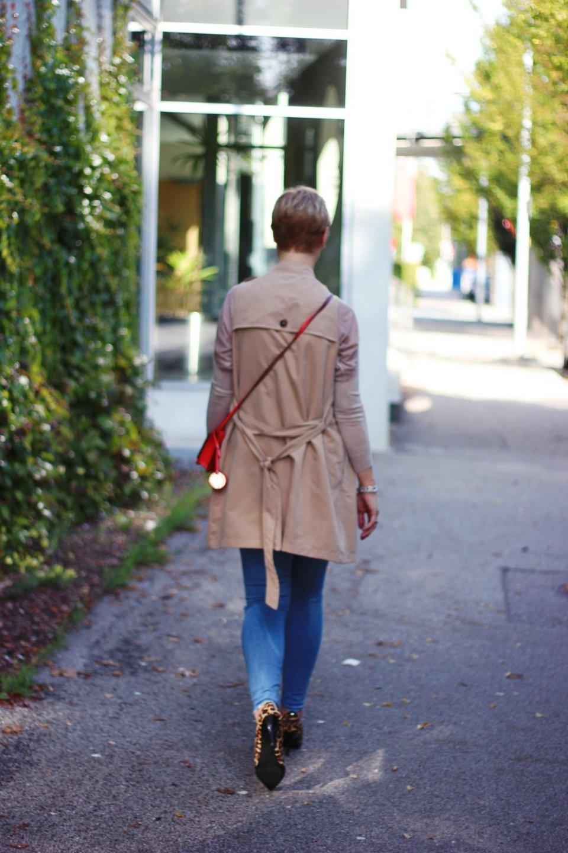 conny doll lifestyle: 40plusBlog, Leo, Trenchcoat, hellblaue Jeans, brauntöne, Herbstlook 2018, Martina Hamilton Schmuck, Outfit beim Thema: Warum lügt mich der Spiegel an?