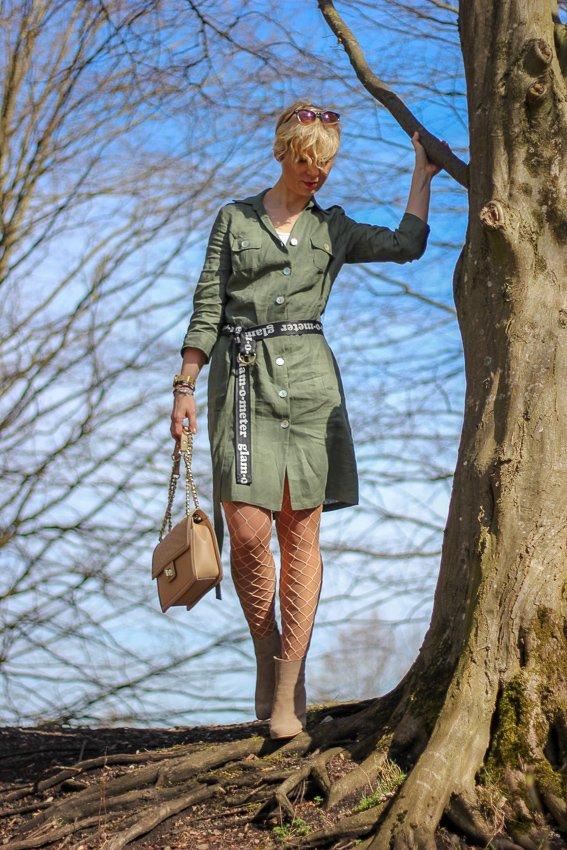 conny doll lifestyle: Utility-Style mit WENZ, Frühlingslook, lange Velourslederjacke, Netzstrumpfhose, Leinenkleid, Amy Vermont, Booties, Cowboyboots, Gürtel,