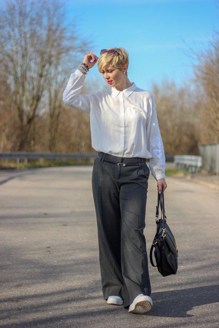 conny doll lifestyle: Look zum Beitrag über EU-Parlament hat beschlossen: Artikel 13 und die Zeitumstellung - Der Look: weite Hose mit Bluse, weiß, schwarz, sneaker, casual