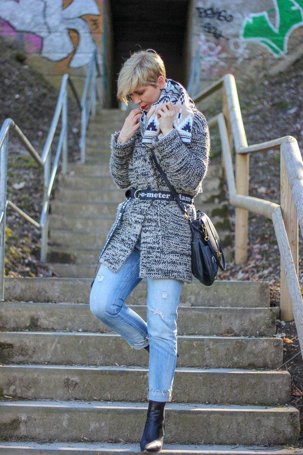 conny doll lifestyle: Outfitinspiration für einen Übergangslook - Socialmedia ist nicht sozial, Instagram, Facebook, soziale Netzwerke, Strickjacke, Schal, Pullover, Stiefeletten, neutrale Farben, Frühlingslook