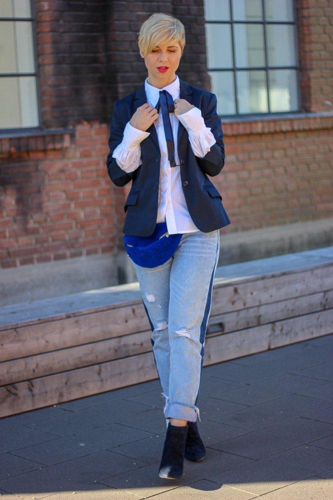 conny doll lifestyle: Neulich im Club: Unterhältst Du Dich noch oder schaust Du schon blöd? Blazer, Biesenbluse, Outfitinspiration, Frühling, Blau, Denim, Seitenstreifen, Stiefeletten