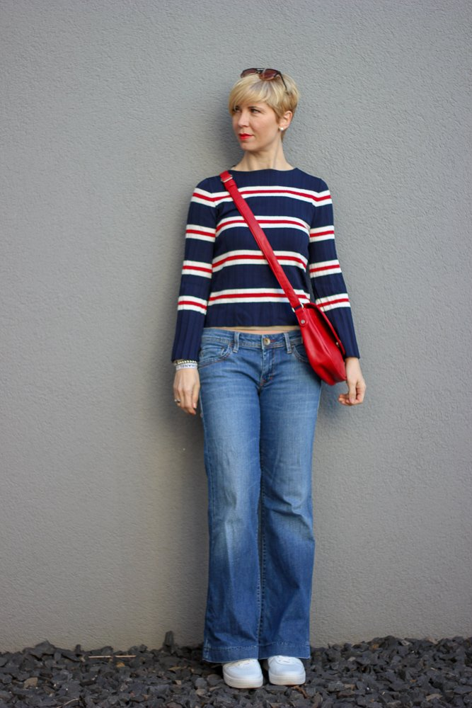 conny doll lifestyle: minimalistisches Outfit: Jeans und T-Shirt, Streifenshirt, Bootcut-Jeans, Denim, casual look, Sneaker