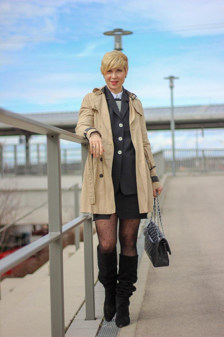 conny doll lifestyle: Minirock mit Boyfriendblazer, Maje, Glam-o-meter, weiße Bluse, Trenchcoat, Frühlingslook, Stiefel, schwarz-weiß