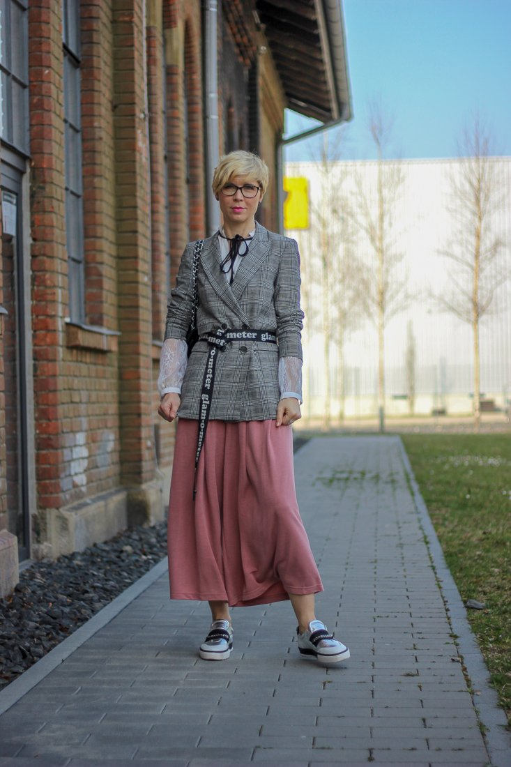 conny doll lifestyle: Frühlinglook, rosa, grau, spitzenbluse, schluppe, Fashionblogger, Sneaker