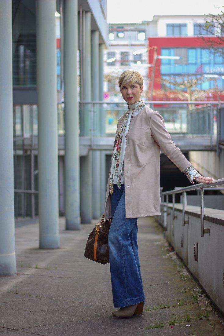 conny doll lifestyle: Geschichten aus der Waschanlage - Frühlingslook mit flared leg denim, veloursledermantel, wenz, amy vermont, schluppenbluse, easy-chic