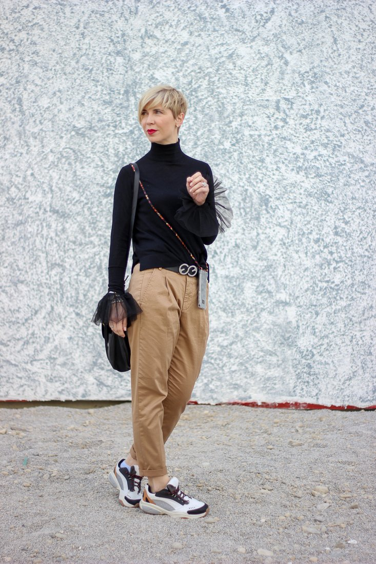 conny doll lifestyle: casual Übergangsoutfit mit Chino und Sneaker