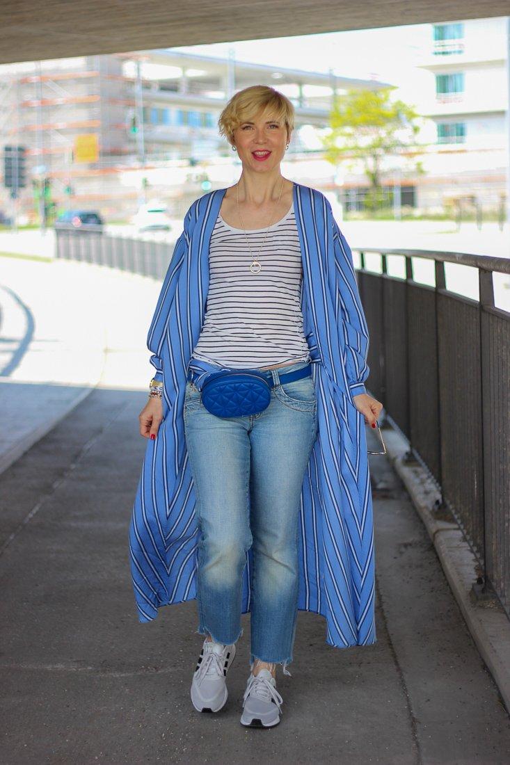 conny doll lifestyle: Kimono-Kleid als Mantel gestylt, Urlaubsshopping, Blau, Denimlook, Sneaker, Gürteltasche
