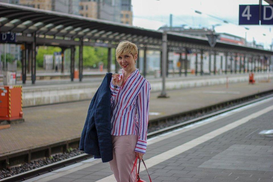 conny doll lifestyle: Reiselook von THE BRITISH SHOP - Wochendtrip nach Mainhatten, britische Mode, 7/8-Hose, Mustermix, Leinenblazer, Bluse, Kelchkragen, Sneaker, easy-chic