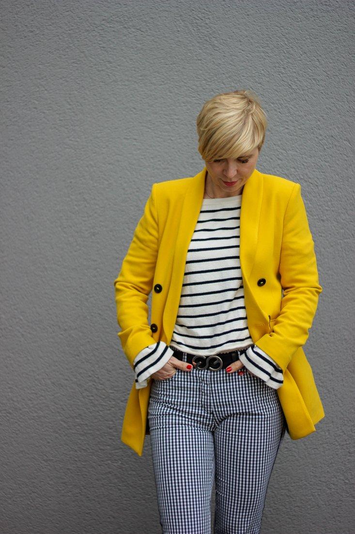 conny doll lifestyle: Umsonst ist der Tod - 5 Antworten auf eine Frage und ein Look, gelber Blazer, Streifen, Vichykaro, Toni-Hose, DocMartens, schwarz, weiß, gelb