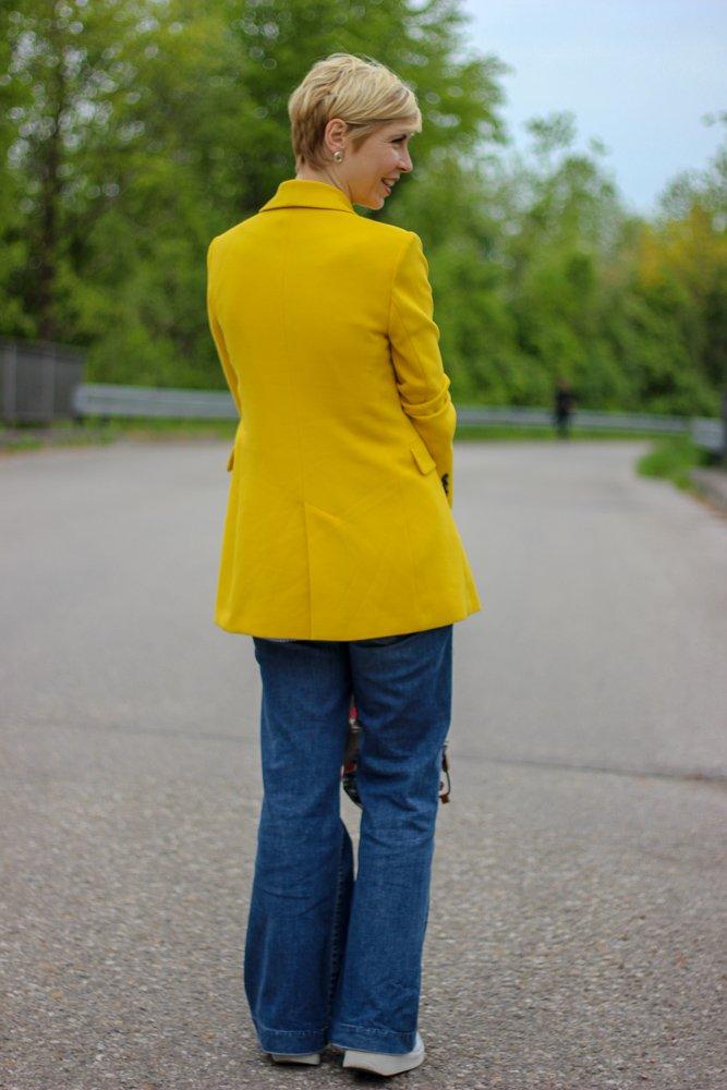 conny doll lifestyle: Ich mach den grauen Frühling bunt - gelbes Sakko casual gestylt, flared leg denim, rucksack
