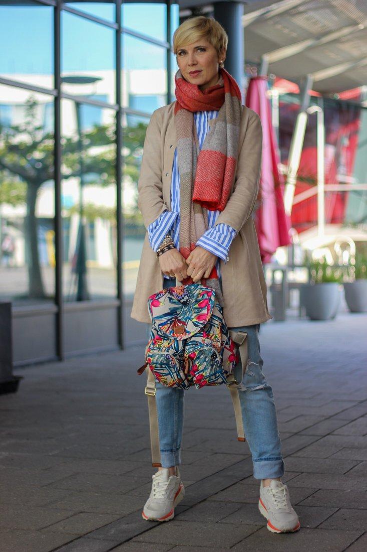 conny doll lifestyle: Frühlingslook mit Schal, Streifenbluse, Ledermantel, used Denim, Sneaker, casual styling