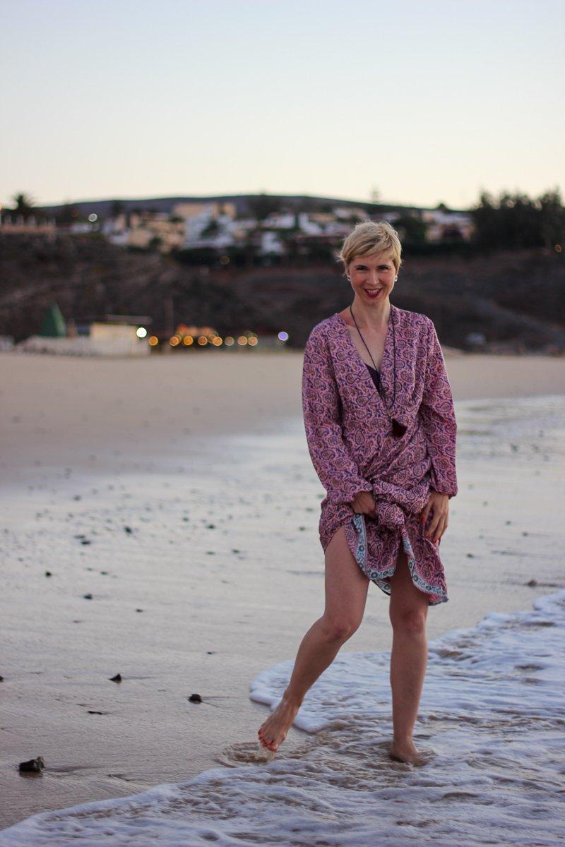 conny doll lifestyle: Spanien, langes Kleid, Strand Fuerteventura, Urlaub, Beach, Sonnenaufgang