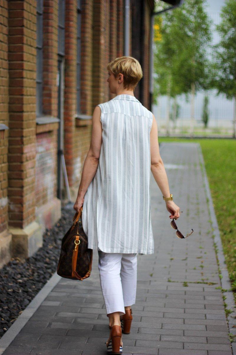 conny doll lifestyle: Welchen Look trage ich bei Hitze im Büro? Officelook, Sommer, helle Farben, weiße Hose, Seidentop und lange Bluse als Weste kombiniert.