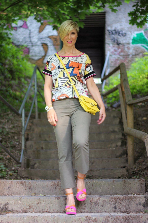 conny doll lifestyle: Sommerlook, Comicshirt, WENZ, oliv, pink, Sandalen