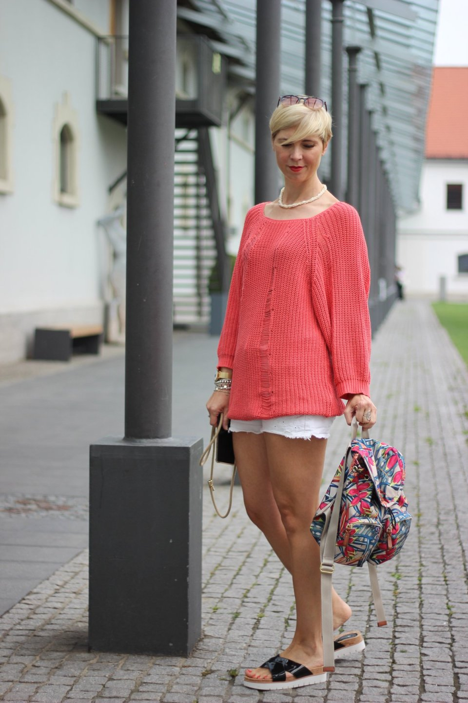 conny doll lifestyle: Shorts, destroyed Strickpullover, Sommerlook,