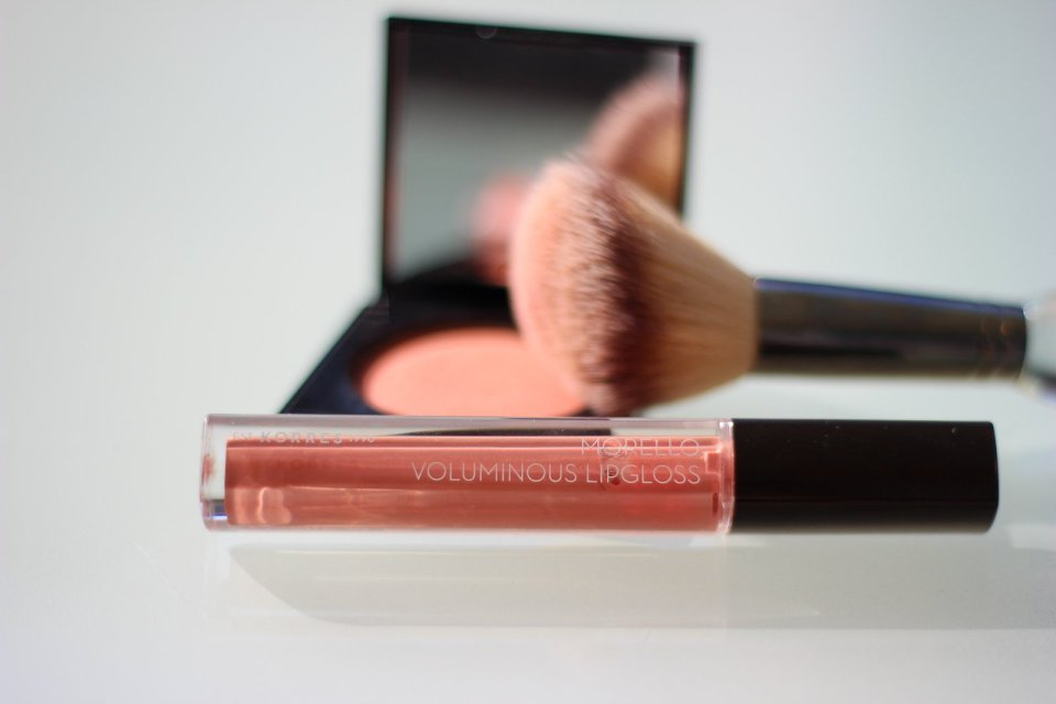 conny doll lifestyle: korres blush, rouge, peach 18, plump lips, gloss, 04 honey nude, schminkroutine, pinsel itcosmetics