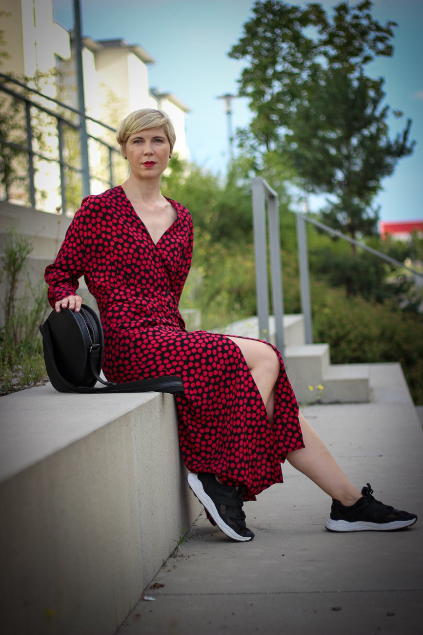 conny doll lifestyle: langes kleid, lange Ärmel, Stylingidee, Kleid mit Sneaker, Modeblog 40plus