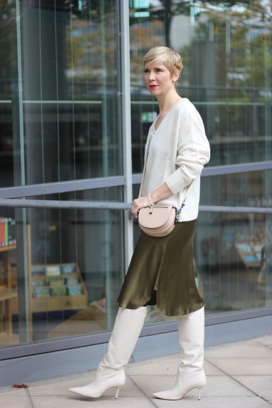 conny doll lifestyle: Seidenkleid mit Pullover, Herbststyling, Stiefel