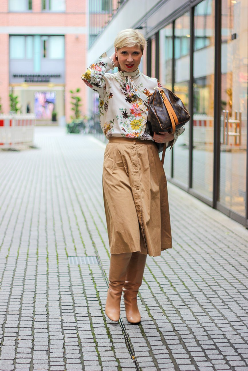 conny doll lifestyle: Officelook in Indiansummer-Farben - in 53 Tagen beginnt der Advent, Herbstlook 2019, Stiefel, Rock, Schluppenbluse