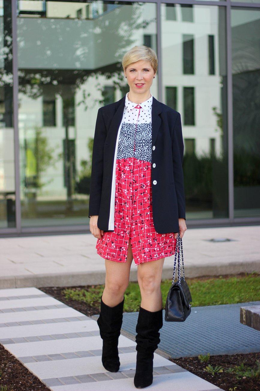 conny doll lifestyle: Sommerkleid im Herbst, Blazer, Slouchy Stiefel, Saint Mignar, nachhaltige Kombinationsmöglichkeit