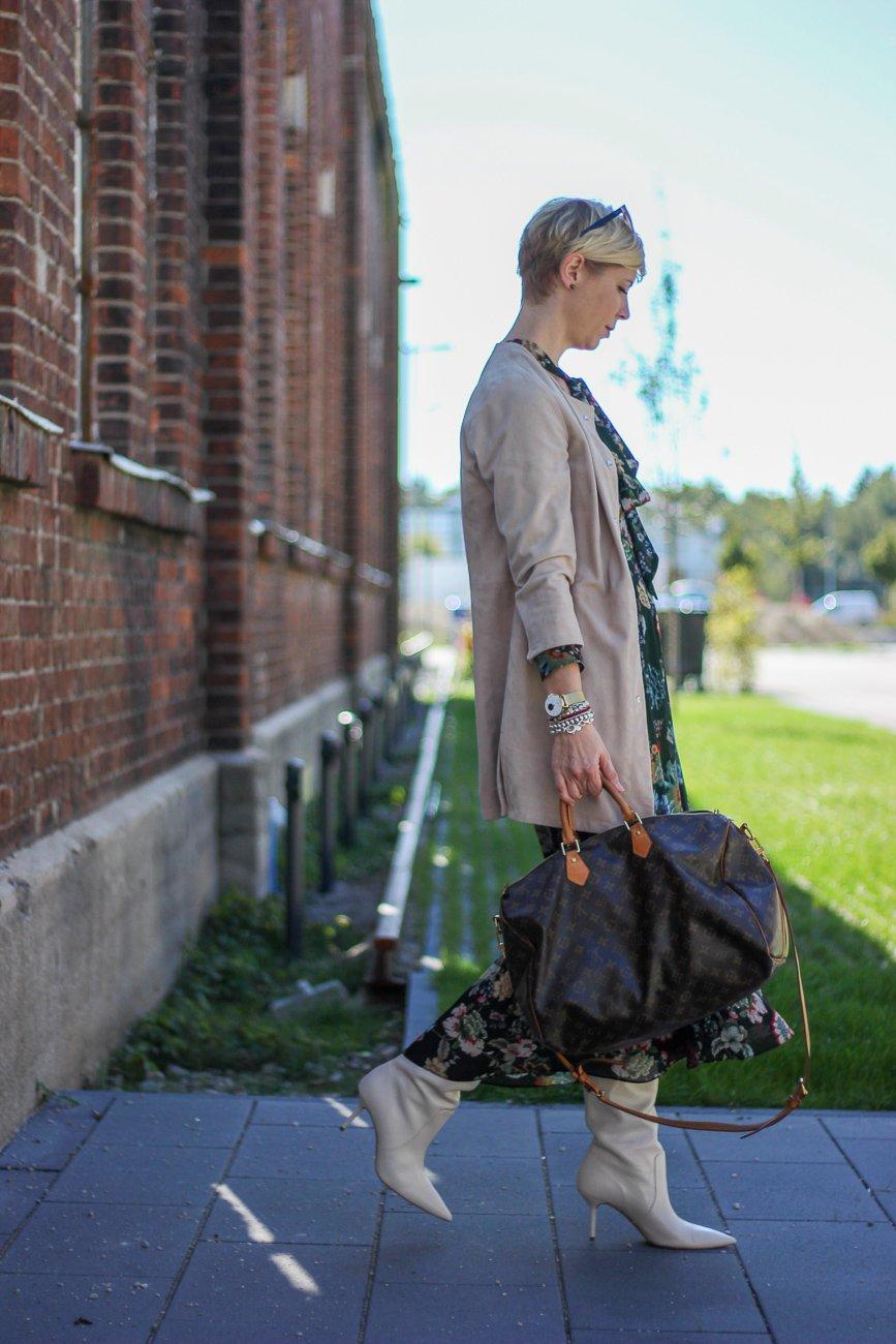 conny doll lifestyle: Herbststyling: Maxikleid mit Langschaftstiefel, Zara Komplettlook, Ledermantel WENZ, wie viele Schuhe braucht man?