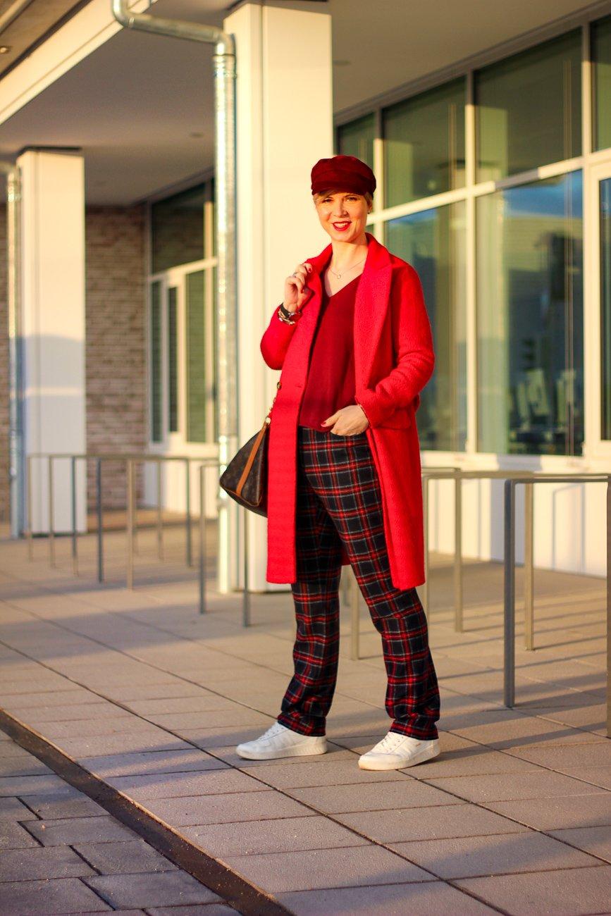 conny-doll-lifestyle: sportliches Styling, rote und blaue Details, Sneaker, Blogpost übers Älterwerden