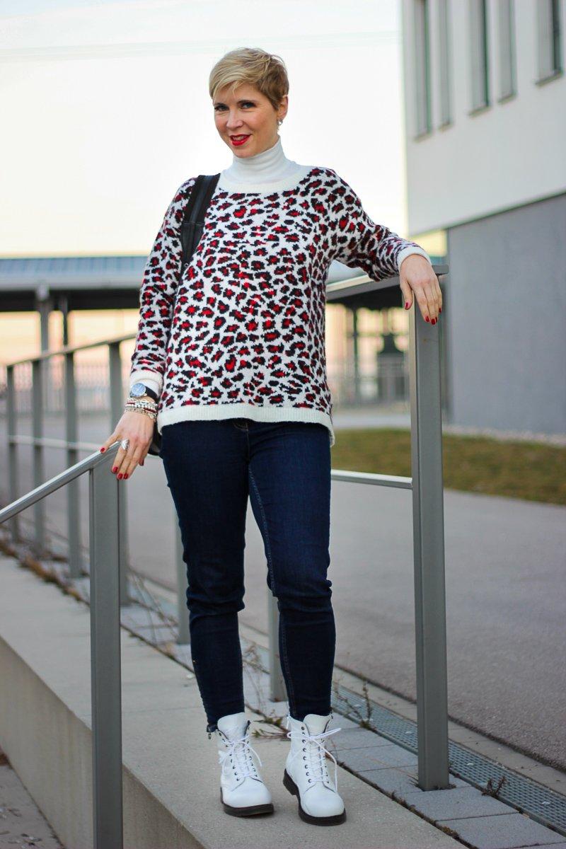 conny doll lifestyle: casual Look, Winterlook, Leopullover, Boots, Denim, dunkelblaue Jeans, Rollkragen