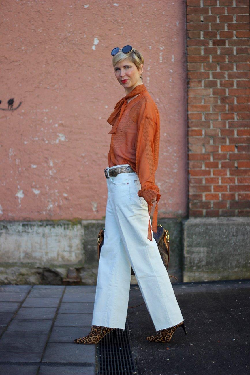 conny doll lifestyle: nachhaltiges Jeanslabel, RE/Done, weiß, orange,