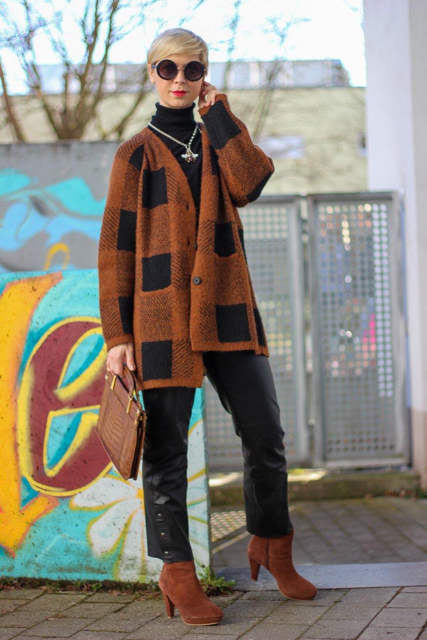 conny doll lifestyle: Lederhose, Anklestyle, braun, schwarz, Übergangslook, Frühlingslook,