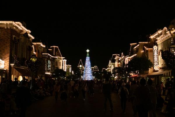 クリスマスの香港ディズニーランドのメインストリートUSA