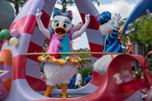 ディズニー・フェスティバル・オブ・ファンタジー・パレードのデイジー