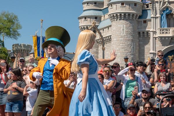 ディズニー・フェスティバル・オブ・ファンタジー・パレードのアリスとマッドハッター