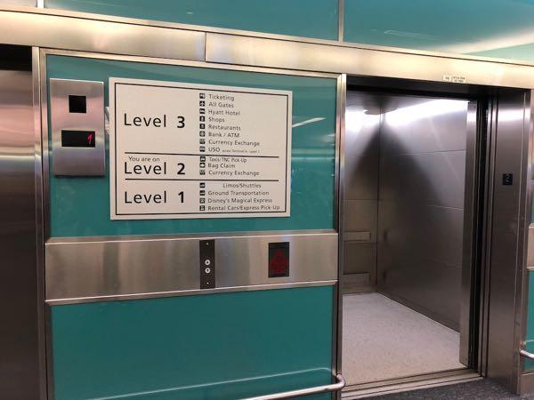 オーランド国際空港エレベーター
