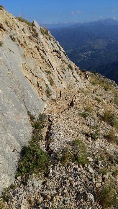 Frattura cosismica alla base del piano di faglia sul Monte Vettoretto.