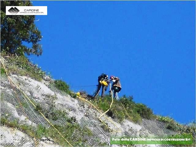FOTO 5, ancoraggi massi, foto della CARDINE SRL LAVORI IN QUOTA, lavori di consolidamento di costoni rocciosi eseguiti in ''Costiera Amalfitana'