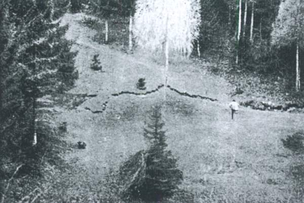Tratto della fessura perimetrale (foto E. Semenza) da http://www.vajont.net/page.php?pageid=PGDET00R
