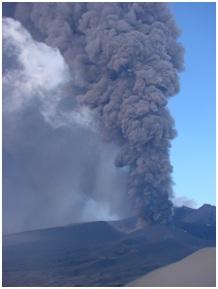Foto 2 - Eruzione dell'Etna del novembre 2002: dopo forti esplosioni come questa, spesso il pennacchio di cenere raggiunge la città di Catania.
