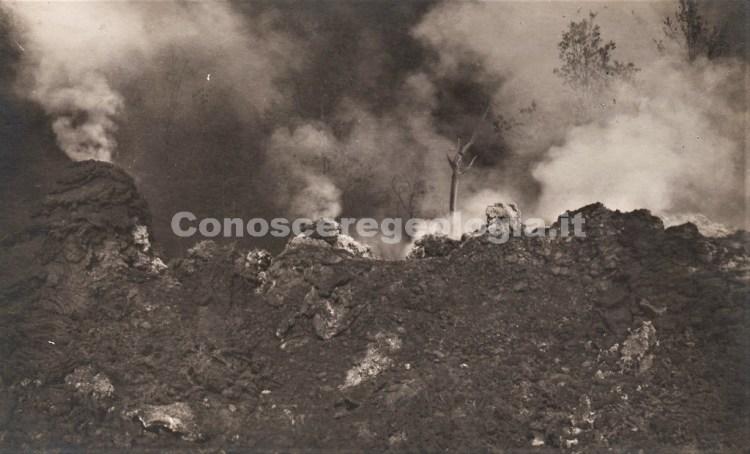 Fig. 1 - Particolare della frattura eruttiva degassante in località Ripe della Naca in una foto formato cartolina di Francesco Galifi di Taormina. (Collezione privata)