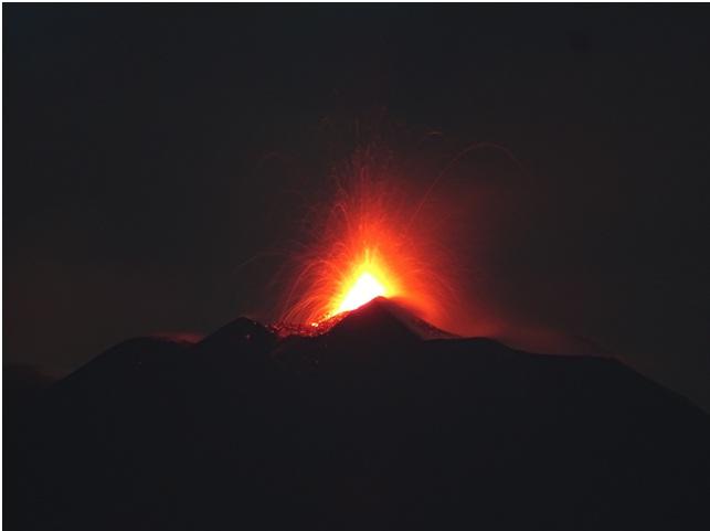 Fig. 1 - Attività stromboliana al Nuovo Cratere di Sud-Est dell'Etna alle ore 04:40 locali del 24 agosto 2018, vista da sud. Foto di Boris Behncke, INGV- Osservatorio Etneo.