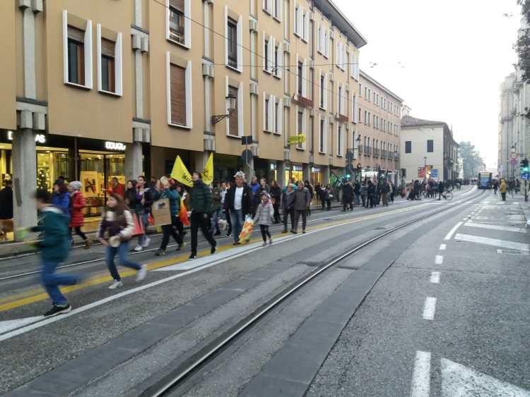 """Il corteo della """"Marcia mondiale per il clima"""" lungo Riviera dei Ponti Romani (Padova)"""