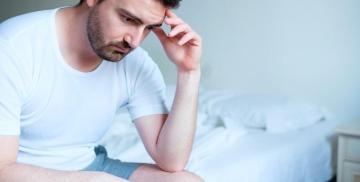 El hombre se siente frustrado ante una disfunción eréctil o impotencia
