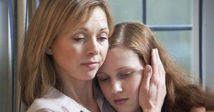 madre e hija adolescente abrazadas juntas