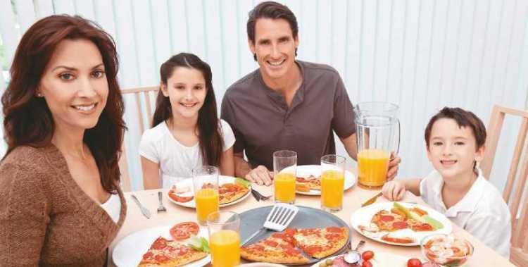 comer en familia todos juntos