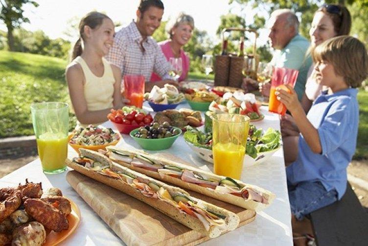 comer todos juntos en familia