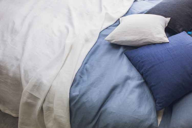 comment enfiler une housse de couette facilement. Black Bedroom Furniture Sets. Home Design Ideas