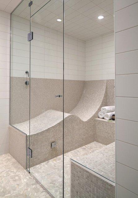 siège couchant dans une douche et mosaique