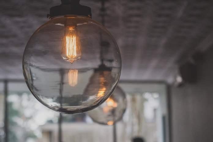 relooking d'une cuisine avec une lampe a filaments