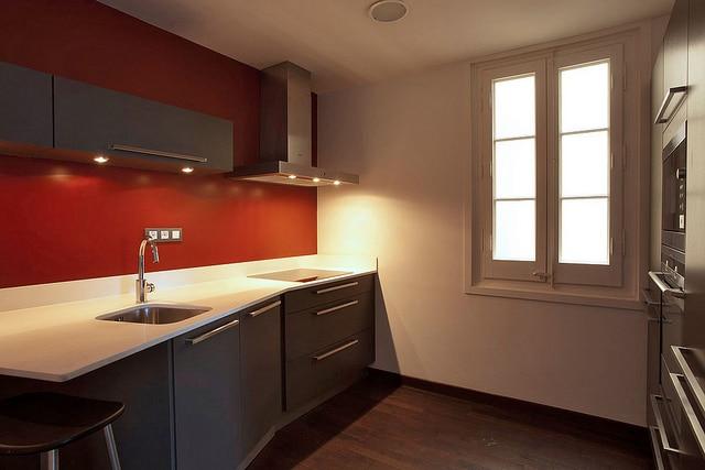 cuisine rouge et grise relookée